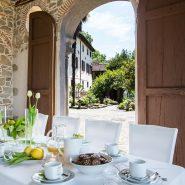 Villa-Raffaelli-tavolo interno